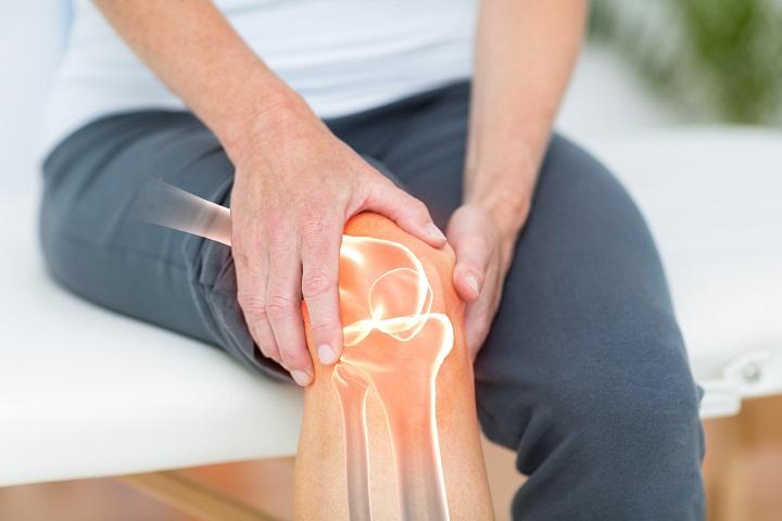 a jobb kéz mutatóujja fájó ízülete amelyből a karok és a lábak ízületei duzzadnak