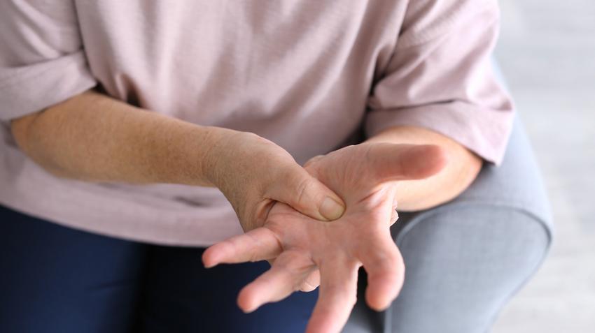 az ujjak ízületeinek fájdalmainak kezelése)