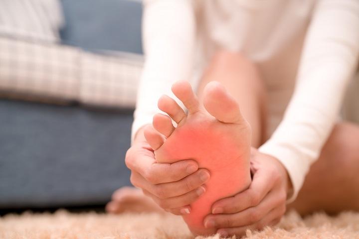 hogyan lehet enyhíteni a láb ízületeinek duzzanatát)