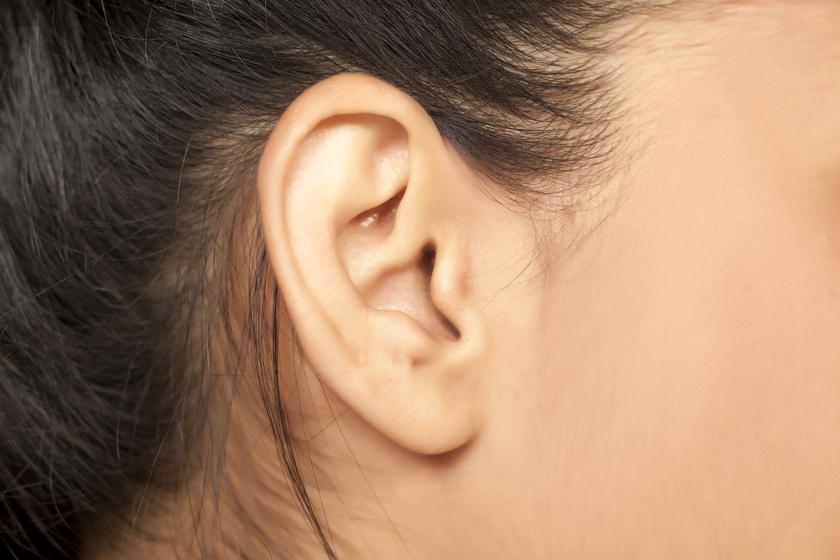 fáj a jobb fül mögött lévő ízület)