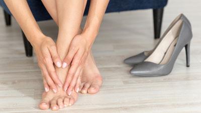 a láb fáj az ízületben és zsibbad)