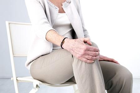 A könyök fájdalmai a hajlítás és hajlítás, a lehetséges betegségek és kezelésük során