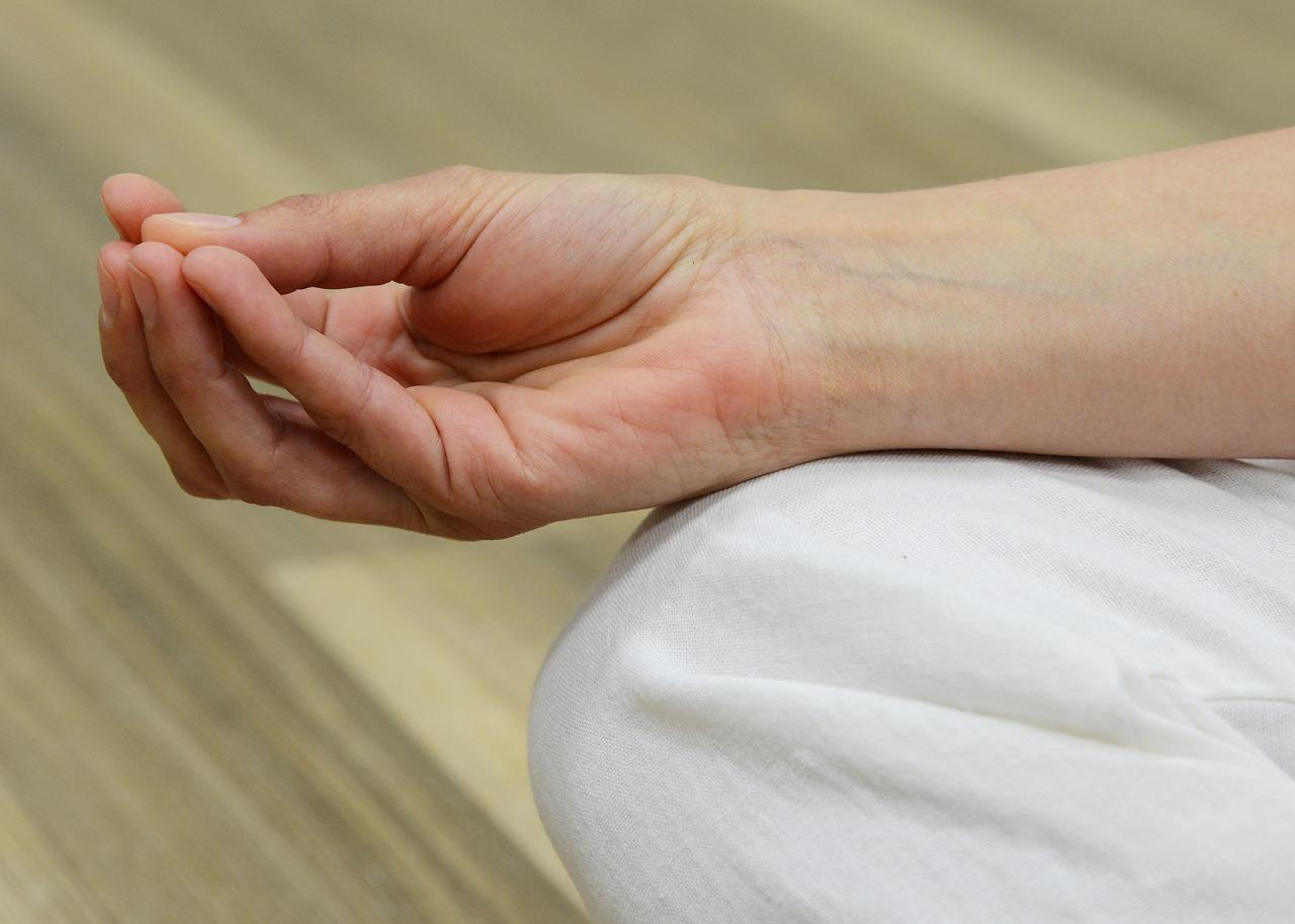 könyökízület középső ujj fájdalma