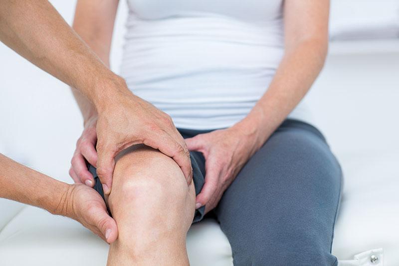 a térdízületeket fájdalom okozza)