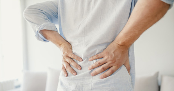 fájdalom a csípőízület felett)